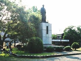 橋本左内の銅像が見守っている左内公園