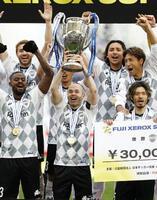 PK戦で横浜Mを破り、優勝杯を掲げる神戸・イニエスタ(中央)=埼玉スタジア