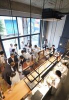 「sumu」店内から見える広場「ガレリアポケット」(写真奥)=6月28日、福井市中央1丁目