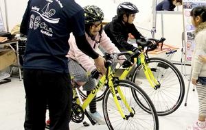 キッズトライアスロン競技用の自転車を体験する子どもたち=サンドーム福井