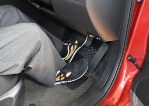 左足でブレーキ、右足でアクセルを踏む「左足ブレーキ」。専門家は「不慣れな人はかえって危険」と指摘する=福井県福井市の福井自動車学校