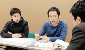 空きビルの事業計画づくりの議論を多彩なアイデアでリードしてくれる丸山さん(右)と前田さん(左)=5日夜、福井市のまちづくり福井