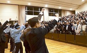 夜の個人演説会でガンバロー三唱する陣営と支持者。大物応援弁士は乏しく、選挙戦にはさみしさも漂う=13日、福井県美浜町内