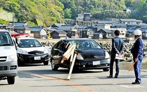 材木が乗用車を直撃した事故現場=26日午後4時10分ごろ、福井市大丹生町
