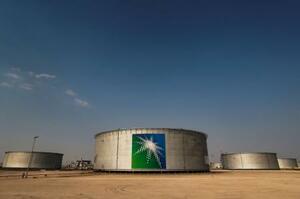サウジアラムコの石油タンク=2019年10月、サウジアラビア・アブカイク(ロイター=共同)