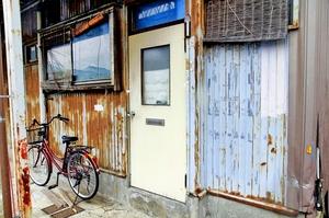 高齢夫婦とみられる2人の遺体が見つかったアパート。2人の異変は福祉の網に掛からなかった=2017年10月2日、福井市内