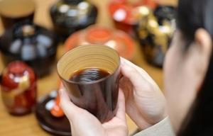 コーヒーが注がれたカップを何度も見つめる。伝統が持つ底力を肌で感じながら=福井県鯖江市西袋町の土直漆器