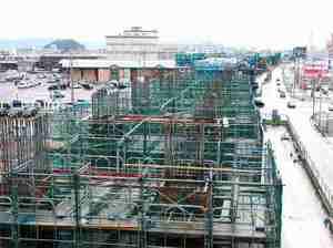 2023年春の北陸新幹線敦賀開業に向け、高架橋の建設が進む現場=昨年12月、福井市高柳2丁目