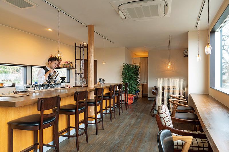ゆるやかな空気感、電車の見えるコーヒー専門店。