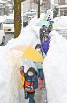 雪道慎重に…休校明け10日ぶり登校