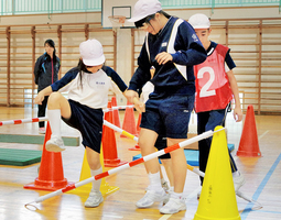 地震発生時、経路に障害物があることを想定した避難シミュレーションゲーム=2017年10月、福井県坂井市三国南小