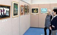 花火や映画の一場面多彩切り絵36点展示 敦賀の教室生が作品展