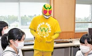 丸岡高校地域協働部の外部アドバイザーに就き、部員と交流するはっぴーすマン=6月、福井県坂井市の同校