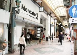リノベーションのまちづくりの火付け役となった中屋ビルの「メルカート三番街」(左)。若い世代の起業・雇用の場となっている=11月6日、福岡県北九州市小倉北区のサンロード魚町商店街