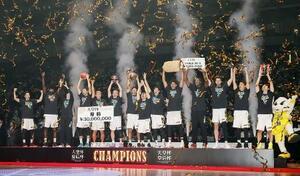 前回のバスケットボール全日本選手権男子決勝で、川崎を破って優勝を果たし、表彰台で喜ぶSR渋谷の選手たち=1月12日、さいたまスーパーアリーナ