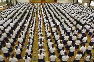 全校集会で黙とうする生徒=22日午前、長崎県佐世保市