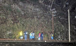 現場付近を確認する関係者=4月8日午後8時55分ごろ、福井県永平寺町松岡志比堺