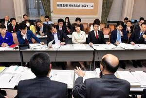 「桜を見る会」を巡る追及チームの会合で省庁側出席者(手前)から聞き取りする野党議員ら=14日午後、国会