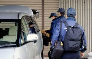 鉄パイプ落下事故で「SIGN TAKASE」の家宅捜索を終え、段ボール箱を運び出す和歌山県警の捜査員=20日午前11時55分