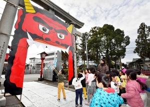 節分を前に鳥居に取り付けられた巨大な鬼の面=1月22日、福井県福井市和田3丁目の和田八幡宮
