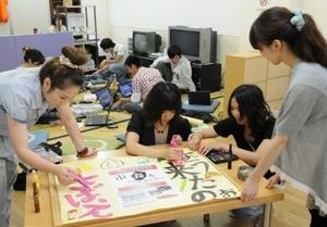 地元と国内の学生が交流しながらまちを歩き、活性化に知恵を絞る=2010年9月、福井県鯖江市