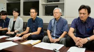 沖縄県宮古島市が市民を提訴する方針を示したことに対し抗議声明を発表した住民訴訟の原告代理人の喜多自然弁護士(中央)ら=12日午前、沖縄県庁