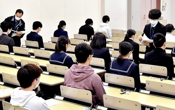 受験生たちマスク姿で試験に挑む