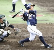 富山-福井 4回福井、2死一塁、左越えに本塁打を放った片山雄哉(右)=5月3日、富山県の砺波市野球場