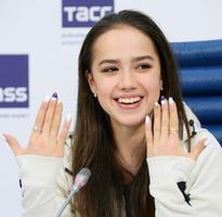 ロシアの三色旗をあしらったネイルを見せるフィギュアスケート女子のアリーナ・ザギトワ選手=27日、モスクワ(共同)