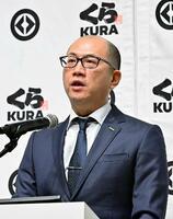 記者会見するくら寿司の田中信副社長=3日、東京都