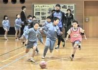 楽しみながら サッカーに汗 池田小 サウルコス選手が指導