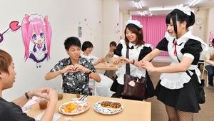 「おいしくなあれ」と料理に「魔法」をかける女性店員=福井市中央1丁目のメイドカフェ「アマリリス」