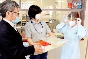 寄贈されたフェースシールドを着用する医療スタッフ=5月2日、福井県福井市下馬3丁目のあすわクリニック
