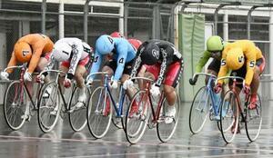 準決勝第12レース ゴールする1着の清水裕友(2)、2着の古性優作(4)、3着の吉田敏洋(5)=福井競輪場