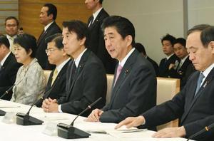 「農林水産業・地域の活力創造本部」会合であいさつする安倍首相(右から2人目)=8日午前、首相官邸