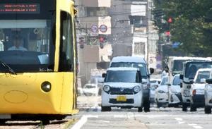 厳しい暑さとなり道路には立ち上るかげろうが見られた=7月20日、福井県福井市のフェニックス通り