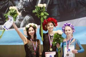 フィギュアスケートのロシア・カップ・ファイナル女子で優勝したエフゲニア・メドベージェワ(中央)。左は2位のエリザベータ・トゥクタミシェワ=ベリーキーノブゴロド(タス=共同)