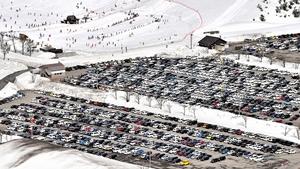 駐車場がいっぱいになるほどのにぎわいを見せるスキージャム勝山=3日、福井県勝山市(福井新聞社ヘリから撮影)