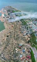 地震直後に津波に襲われ、残った家も火災で燃え尽きた奥尻島南部の青苗=1993年7月13日