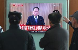 北朝鮮の放送をソウル駅の街頭テレビで見つめる人々=3日、ソウル(AP=共同)