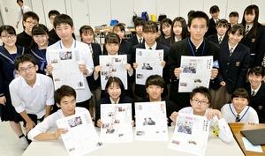 記者らを取材し、力を合わせて制作した紙面を手にする高校生たち=10月26日、福井県福井市の福井新聞社