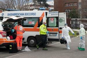 27日、イタリア北部の病院で、新型コロナウイルス感染症患者の到着に備える医療スタッフら(AP=共同)