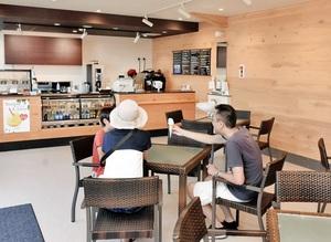 7月14日にオープンした「レインボーカフェ」。建物を改修してメニューも一新した=16日、レインボーラインの第一駐車場