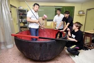 漆器業者らが手掛けた巨大おわん=12日、福井県鯖江市河和田町