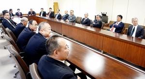 合流に向けた合同総会に臨む福井県議会の自民党2会派の議員たち=4月16日、福井県議会議事堂