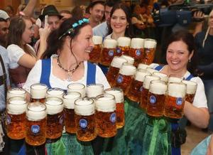 ドイツ・ミュンヘンで始まった伝統のビール祭り「オクトーバーフェスト」で、ジョッキを運ぶウェイトレス=22日(ゲッティ=共同)