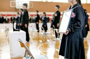 クラスメートが男子生徒の遺影を抱いて臨んだ卒業式=13日、福井県池田町池田中(同校提供)