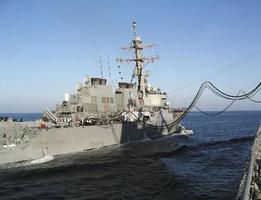 2004年3月、アラビア海で海上自衛隊の補給艦から洋上給油を受ける米国のイージス艦(共同)
