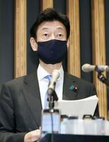 新型コロナウイルス感染症対策分科会を終え、取材に応じる西村経済再生相=25日午後、東京都千代田区