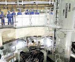 原子炉上部に設置された炉心燃料取り出し関連の設備を確認する原子力規制委員会の安全監視チームメンバー=8月30日、福井県敦賀市のもんじゅ